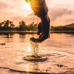 Hand aus dem Wasser