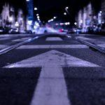 Pfeil auf der Straße bei Nacht